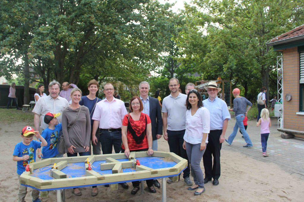 Übergabe des Matschtisches an die Kindergartenleitung durch den Vorstand des Fördervereins und Vertreter der Stadt sowie den Bürgermeister Dr. Daniell Bastian